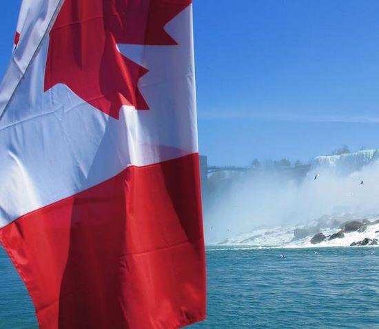 schueleraustausch-kanada-flagge-niagara-wasser