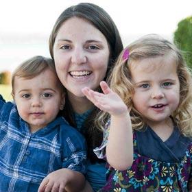 au-pair-gastfamilie-werden-au-pair-mit-zwei-kindern-winken