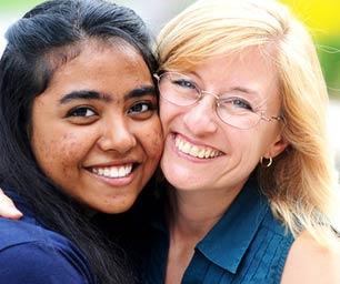 Schüleraustausch Gastfamilie, Austauschschülerin mit Gastmutter