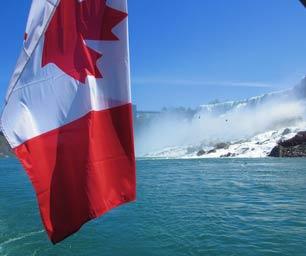 Schüleraustausch Kanada Flagge auf Boot bei den Niagara Falls