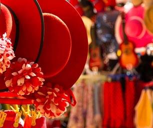 Schüleraustausch Spanien, rote Hüte, Markt