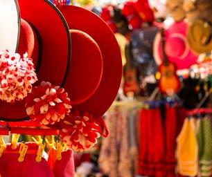 Schüleraustausch Spanien, Markt, Hüte, Kleider