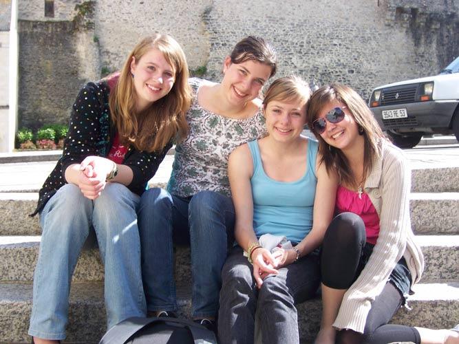 schueleraustausch-frankreich-freundinnen-auf-treppe-sonnenbrille