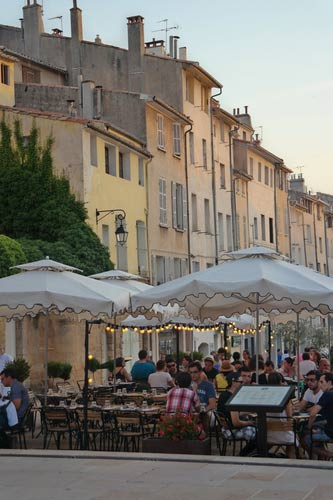 schueleraustausch-frankreich-menschen-im-cafe-daemmerung