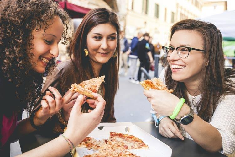 schueleraustausch-italien-pizza-freundinnen