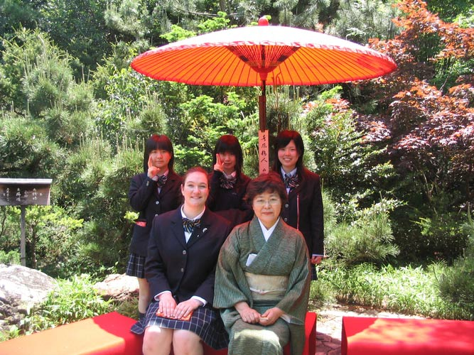 schueleraustausch-japan-frauen-unter-schirm-sonne