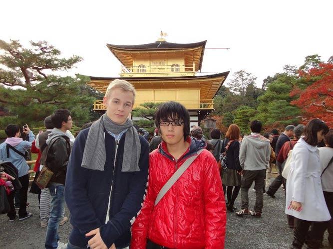 schueleraustausch-japan-jungen-vor-tempel-gold