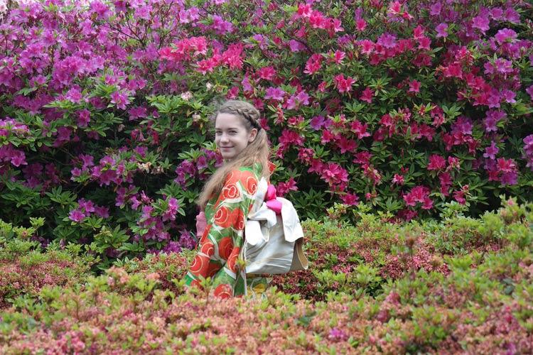 schueleraustausch-japan-maedchen-in-blumenfeld-kimono