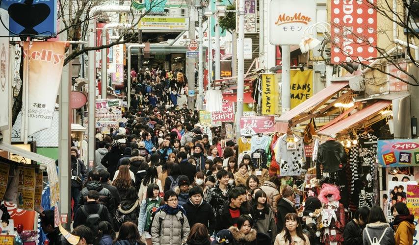 schueleraustausch-japan-volle-strasse-mit-menschen