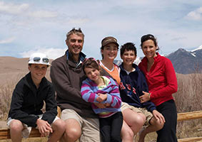 au-pair-australien-familie-vor-landschaft-berge