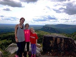 au-pair-australien-mit-kindern-vor-landschaft-ausblick