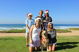au-pair-australien-mit-weihnachtsmuetzen-weihnachten