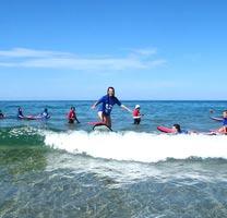 au-pair-australien-surfen-gruppe-wellen