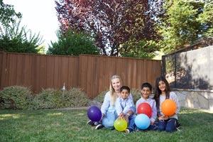 au-pair-usa-kinder-mit-luftballon-garten