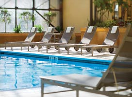 au-pair-usa-orientation-pool-hotel