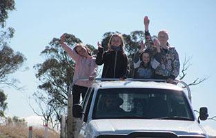schueleraustausch-australien-familie-auf-auto-dach