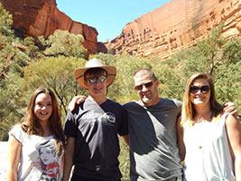 schueleraustausch-australien-familie-vor-uluru-brille