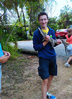 schueleraustausch-australien-junge-mit-echse-hand