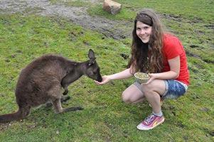 schueleraustausch-australien-maedchen-fuettert-kaenguru-im-zoo