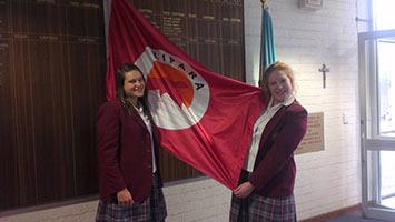 schueleraustausch-australien-maedchen-klassenzimmer-flagge-uniform