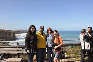 schueleraustausch-australien-maedchen-mit-gastfamilie-ausblick-himmel