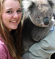 schueleraustausch-australien-maedchen-mit-koala-kuscheln