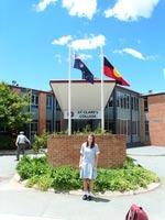schueleraustausch-australien-maedchen-vor-schule-college