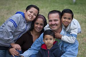 schueleraustausch-costa-rica-gastfamilie-auf-wiese-mit-drei-jungs