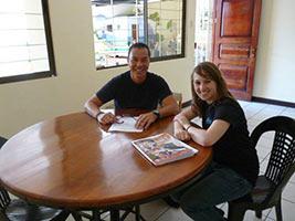 schueleraustausch-costa-rica-gastfamilie-tisch-lesen