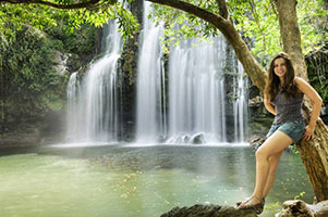 schueleraustausch-costa-rica-maedchen-am-wasserfall-urwald