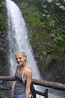 schueleraustausch-costa-rica-wasserfall-junges-maedchen