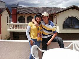 schueleraustausch-ecuador-paar-auf-balkon-umarmung