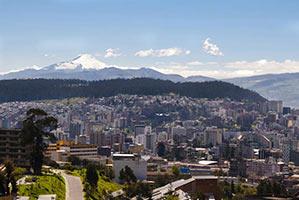 schueleraustausch-ecuador-quito-skyline-berg