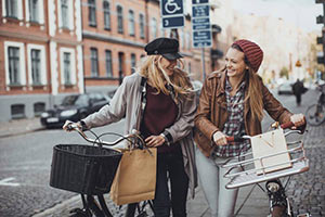schueleraustausch-finnland-maedchen-spass-fahrrad-taschen