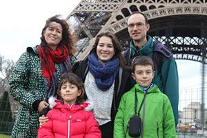 schueleraustausch-frankreich-familie-vor-eiffelturm-jacke