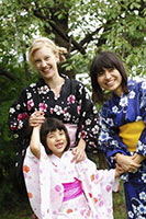 schueleraustausch-japan-gastmutter-gastschwester-in-kimono