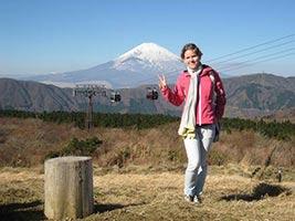 schueleraustausch-japan-maedchen-vor-berg-vulkan