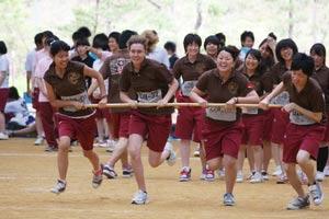 schueleraustausch-japan-schule-maedchen-laufen-wettbewerb