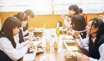 schueleraustausch-japan-schule-mittagspause-tisch