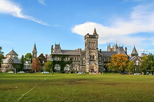 schueleraustausch-kanada-University-of-Toronto-wiese