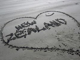 schueleraustausch-neuseeland-im-sand-schreiben