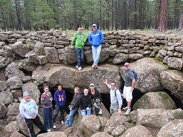 schueleraustausch-usa-familie-auf-campingtour-steine
