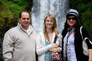 schueleraustausch-usa-gastfamilie-vor-wasserfall-drei