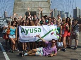 schueleraustausch-usa-new-york-ayusa-gruppe-auf-brooklyn-bridge-hands