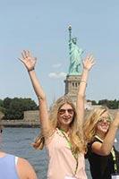 schueleraustausch-usa-new-york-maedchen-statue-haende