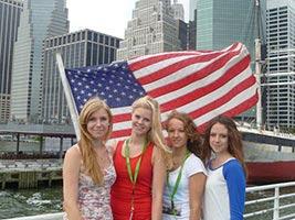 schueleraustausch-usa-new-york-maedchengruppe-south-street-seaport-flagge