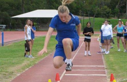 schueleraustausch-australien-schulwahl-narrabeen-sports-high-school-springen