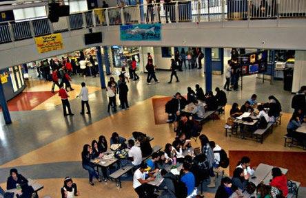 schueleraustausch-kanada-schulwahl-byrne-creek-secondary-school-gebaeude