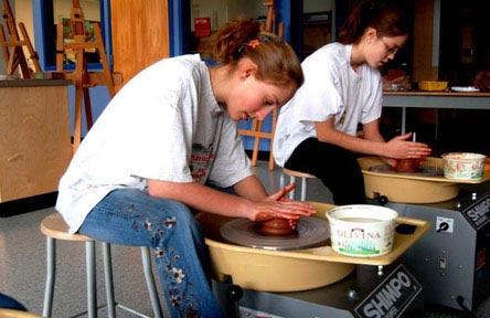 schueleraustausch-kanada-schulwahl-gw-graham-middle-secondary-school-töpfern-mädchen