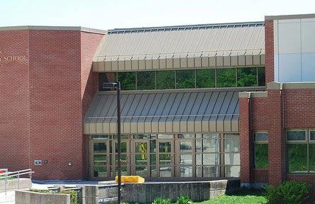 schueleraustausch-kanada-schulwahl-twin-lakes-secondary-school-eingang